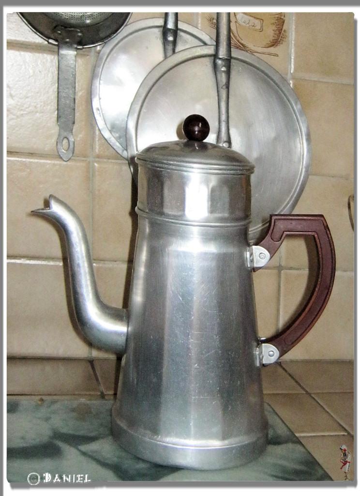 vieille cafetiere en metal